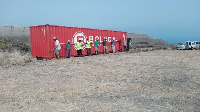 Personas con contenedor de Boluda.