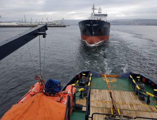 El VB HISPANIA remolca el buque BLUE STAR de la ría de Ferrol rumbo a Turquía